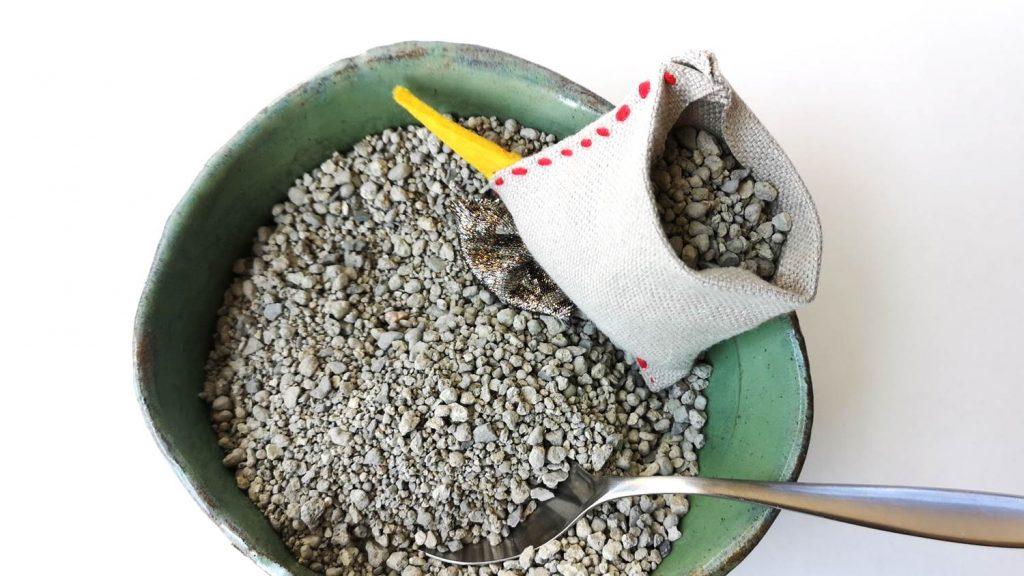 Huhn mit Katzenstreu, Reis oder aehnichem fuellen